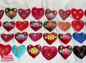 Kolorowe ręcznie haftowane poduszeczki w kształcie serduszka, łowicki haft płaski i haft koralikowy