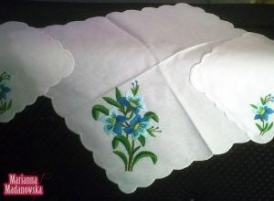 Komplet serwetek autorstwa Marianny Madanowskiej haftowanych ręcznie w ciekawe niebieskie kwiaty