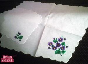 Komplet serwetek haftowanych ręcznie łowickimi fioletowymi niezapominajkami