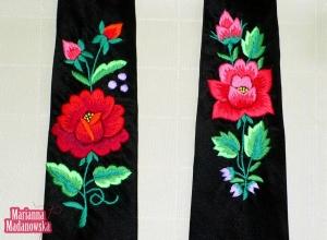 Kunsztownie wyszywany ręczny haft łowicki na krawatach autorstwa twórczyni Marianny Madanowskiej