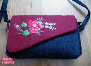Kwiatowe wzory haftowane ręcznie na folklorystycznej łowickiej torebce damskiej