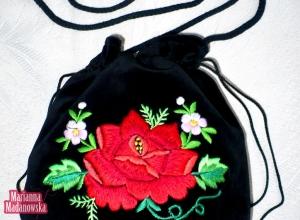 Łowicka czerwona róża w otoczeniu niezapominajek wyhaftowana ręcznie na sakiewce damskiej