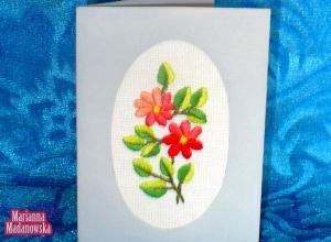 Łowicka pocztówka z ręcznie haftowanym motywem kwiatowym autorstwa Marianny Madanowskiej