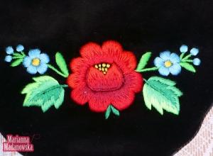 Łowicka róża w towarzystwie niezapominajek haftowane ręcznie na damskiej sakiewce