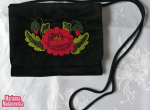 Łowicka róża wyhaftowana ręcznie koralikami na designerskiej torebce damskiej