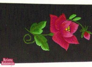 Łowicka róża wyhaftowana ręcznie na krawacie autorstwa Marianny Madanowskiej