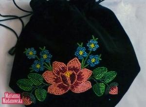 Łowicka sakiewka ręcznie haftowana koralikami - łowicka róża i niezapominajki