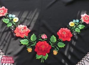 Łowicki folklor wciąż żywy, chusta haftowana ludowymi wzorami kwiatowymi przez Mariannę Madanowską