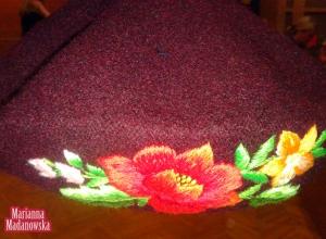 Łowicki haft ręczny wykonany na moherowym berecie