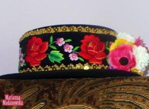 Łowicki kapelusz wykonany i wyhaftowany ręcznie kwiatami przez Mariannę Madanowską