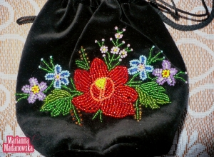 Łowicki ręczny haft koralikowy wykonany na woreczku z aksamitu