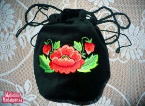 Łowickie maki wyhaftowane przez Mariannę Madanowską na woreczku wykonanym z czarnego aksamitu