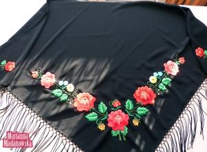 Łowickie motywy kwiatowe haftowane ręcznie na czarnej chuście
