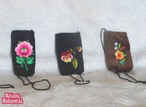 Łowickie motywy kwiatowe haftowane ręcznie na etui na telefony komórkowe - Marianna Madanowska