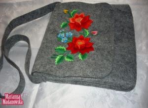 Łowickie róże haftowane ręcznie na torebce damskiej przez Mariannę Madanowską