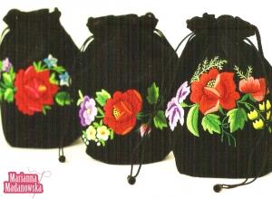 Łowickie woreczki haftowane ręcznie przez Mariannę Madanowską - zdjęcie z publikacji o artystach z Polski