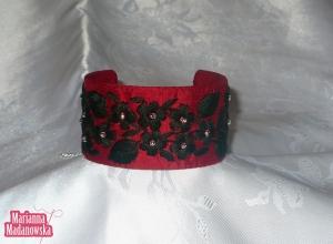 Ludowy haft łowicki w bardzo nowoczesnym wydaniu - czarne kwiaty haftowane na bordowej bransolecie