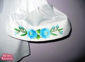 Mankiet koszuli męskiej ozdobiony łowickim motywem kwiatowym wykonanym ręcznie przez Mariannę Madanowską