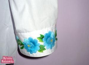 Mankiet koszuli zdobiony haftowanymi ręcznie łowickimi kwiatami - wykonanie -  Marianna Madanowska