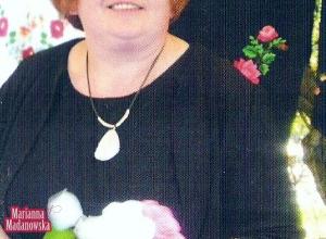 Marianna Madanowska na stoisku prezentującym jej ręcznie haftowane wyroby