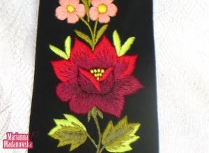 Motyw bordowej róży z niezapominajkami wyhaftowany na krawacie łowickim przez Mariannę Madanowską