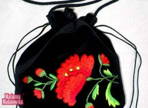 Motyw czerwonych maków wyhaftowany przez Mariannę Madanowską na woreczku łowickim