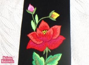 Motyw kwiatowy haftowany ręcznie na łowickim krawacie