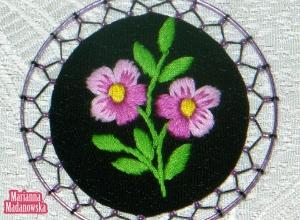 Motyw łowicki fioletowych niezapominajek haftowany ręcznie na łowickim naszyjniku od Marianny Madanowskiej