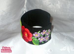 Motyw z fioletowymi kwiatkami wyhaftowany na łowickiej kobiecej bransoletce