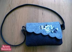 Mroźny haft ręczny na łowickiej torebce - kwiaty haftowane przez Mariannę Madanowską