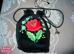 Niezapominajki, konwalie i czerwona róża na wyhaftowanej ręcznie sakiewce