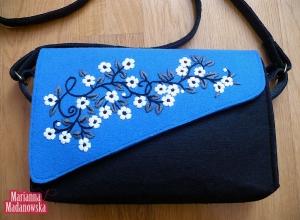 Nowoczesny design w połączeniu z folklorem łowickim - haftowana ręcznie torebka