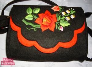 Nowoczesny styl w połączeniu z ludową tradycją - łowicki haft ręczny na torebce dziewczęcej