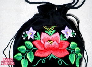 Nowy ludowy wzór kwiatowy autorstwa Marianny Madanowskiej wyszyty ręcznie na damskiej sakiewce łowickiej