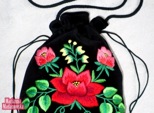 Nowy wzór kwiatowy wykonany ręcznie na łowickiej sakiewce Marianny Madanowskiej - róża otoczona liśćmi, pąkami oraz konwaliami