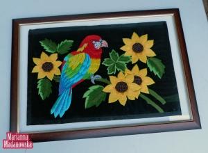 Obraz na ścianę wyhaftowany ręcznie przez Mariannę Madanowską - papuga siedząca na słonecznikach