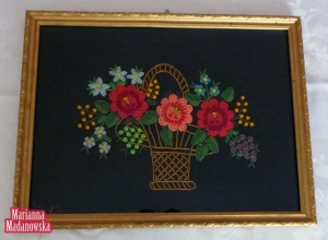 Obraz przedstawiający kosz z kwiatami - ręcznie wyhaftowany motyw łowicki