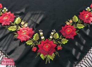 Oliwkowo-bordowy haft łowicki wykonany w całości ręcznie na czarnej chuście