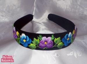 Opaska damska na głowę haftowana niebieskimi i fioletowymi bratkami - łowicki folklor