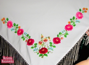 Piękna biała chusta łowicka z haftowanym ręcznie wzorem, w skład którego wchodzą róże, bratki, konwalie i niezapominajki