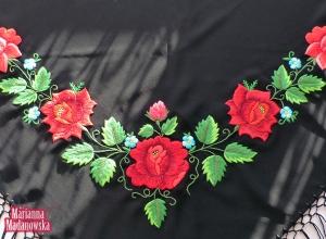 Piękne czerwone róże i błękitne niezapominajki haftowane ręcznie na czarnej frędzlowanej chuście
