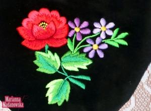 Piękne motywy kwiatowe wyhaftowane ręcznie na aksamitnej sakiewce - Marianna Madanowska