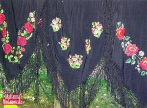 Pięknie haftowane ręcznie łowickie chusty wykonane przez Mariannę Madanowską