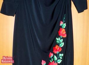 Pięknie haftowany w łowickie czerwone róże dół sukienki wykonanej i ręcznie wyhaftowanej przez Mariannę Madanowską