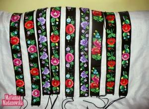 Pięknie ręcznie haftowane po łowicku kolorowe paski damskie autorstwa Marianny Madanowskiej