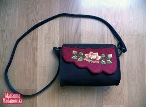 Piękny design prezentujący łowicki haft ręczny na dziewczęcej torebce