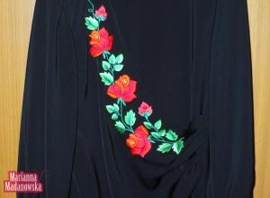 Piękny kwiatowy wzór z czerwonymi łowickimi różami wyhaftowany ręcznie na sukience wykonanej przez Mariannę Madanowską