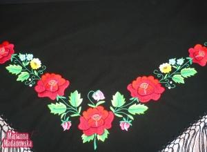 Piękny łowicki motyw kwiatowy haftowany ręcznie na czarnej chuście przez Mariannę Madanowską