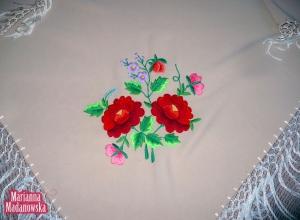 Piękny łowicki motyw kwiatowy na ręcznie haftowanej jasno-beżowej chuście