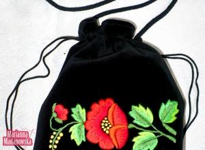 Piękny łowicki motyw kwiatowy ręcznie haftowany na damskiej sakiewce w stylu vintage